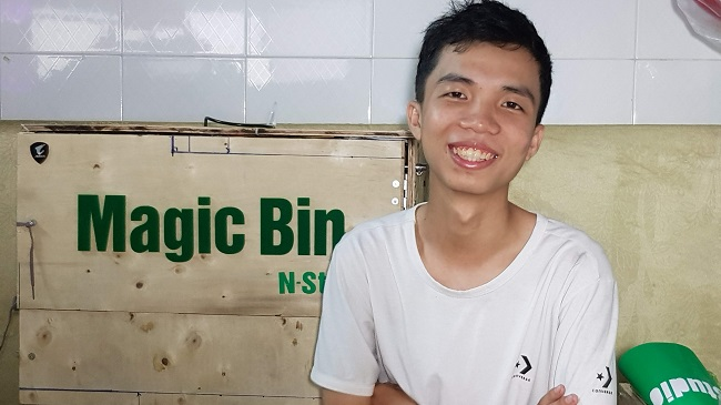 """Trần Lê Duy, bên cạnh sản phẩm thùng rác thông minh có tên gọi """"Magic Bin"""". Ảnh: NVCC."""