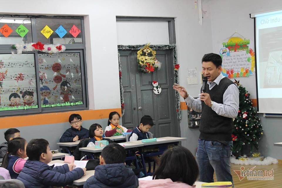 Thầy giáo Hiếu trong buổi giảng về ứng dụng Vật lý thực hành ở trường tiểu học.