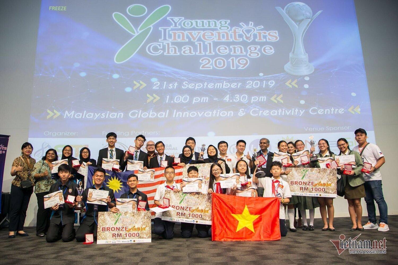 Nhóm học sinh Việt Nam vinh dự giành huy chương Đồng trong cuộc thi sáng chế bên nước ngoài.