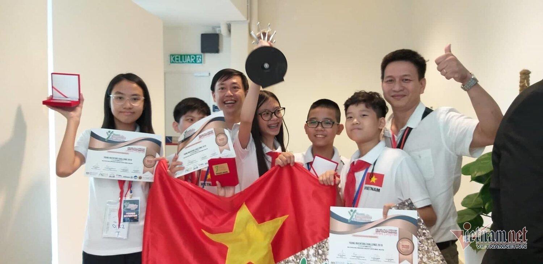 Thầy Hiếu (ngoài cùng bên phải) và thầy Xuân Hoàng ăn mừng chiến thắng với nhóm học sinh đoạt giải.