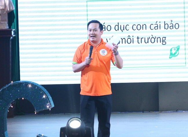 Nông Văn Phước cầm sản phẩm giới thiệu tại một cuộc thi về khởi nghiệp do ĐH Quốc gia TP.HCM tổ chức mới đây. Ảnh: NVCC.