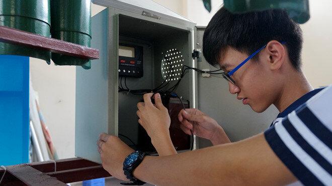 Một bộ pin mặt trời được lắp thêm vào máy phòng trường hợp gió yếu